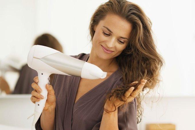 mulher-secando-cabelo_2
