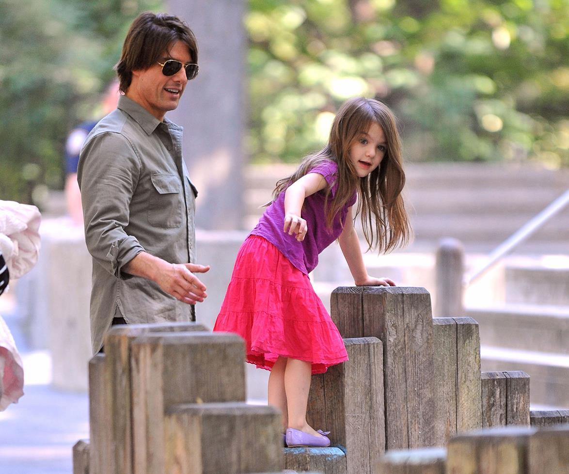 Suri Cruise e Tom Cruise brincando