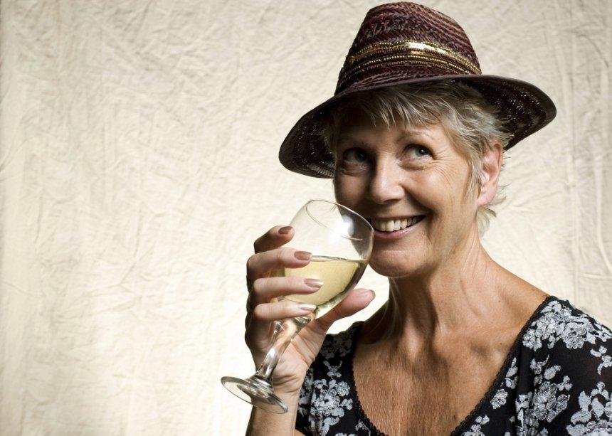 Mulher tomando vinho