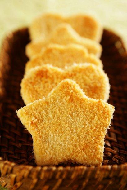 Biscoitinho de coco: use cortadores de biscoito variados