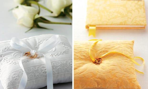Almofadas em branco e damasco com alianças