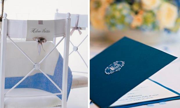 Cartões marcando lugar no assento da cadeira em azul e menu azul-marinho