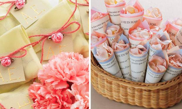 Envelopes com amêndoas e cones de pétalas de rosas como lembrancinhas