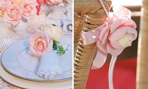 Rosa com doce enfeitando a cadeira e rosas no guardanapo
