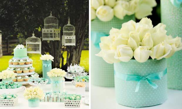 Mesa em verde-claro com rosas brancas e laços de fitas de cetim
