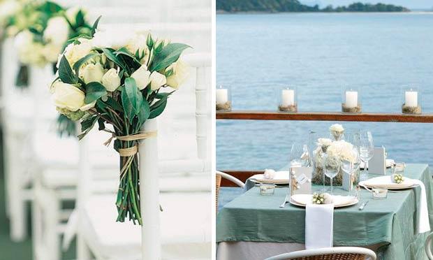 Minibuquê de rosas no assento da cadeira e mesa com toalha verde com mar ao fundo