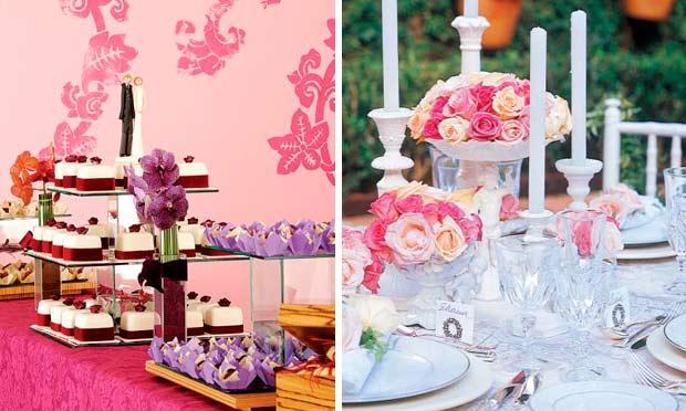 Mesas decoradas com tons de roxo, laranja, vermelho-escuro e arranjos de rosas de vários tons cor-de-rosa