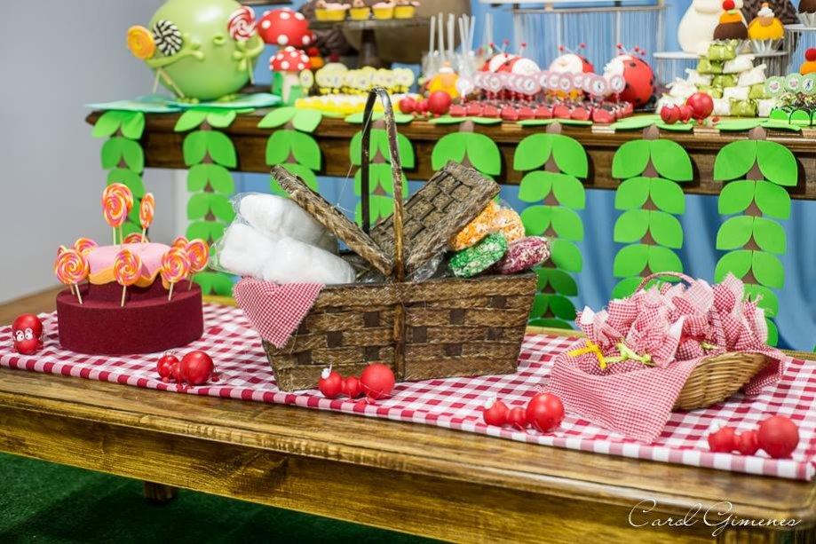 Mesa com cestas e decoração de piquenique.