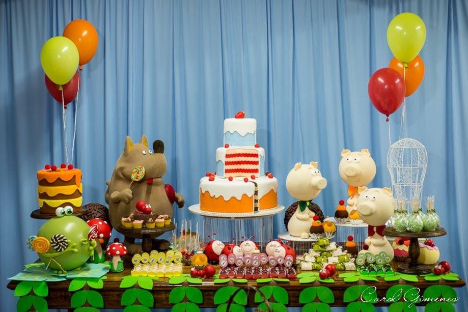 """Mesa do bolo da festa """"Chapeuzinho Vermelho""""."""