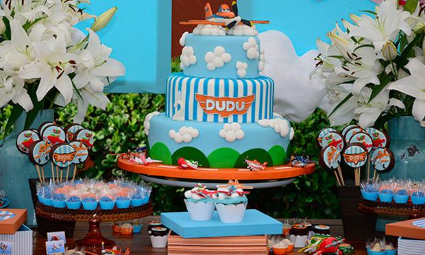 """Mesa do bolo da festa do filme """"Aviões""""."""
