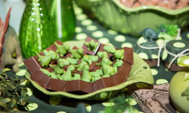 Chocolates com pequenos dinossauros.