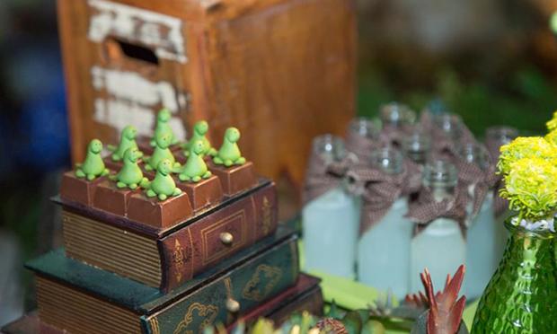Chocolates com pequenos dinossauros sobre os livros antigos.