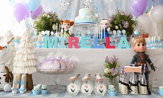 Mesa da festa de Frozen.
