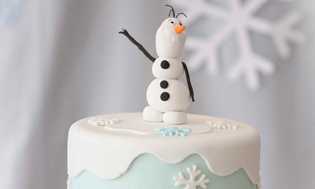 Olaf no topo do bolo.