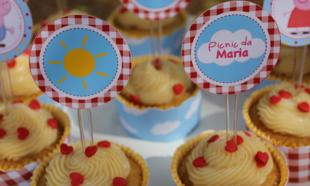 Cupcake com o logo da festa.