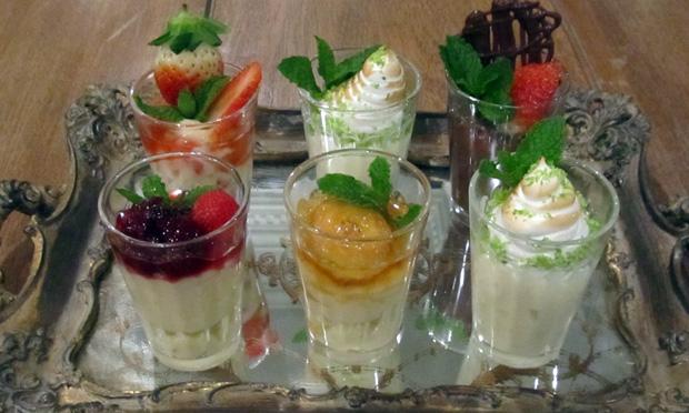 Minidoces: creme de banana,  morango, limão e chocolate com frutas vermelhas