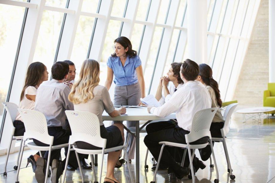 Mulher conversando com equipe no escritório