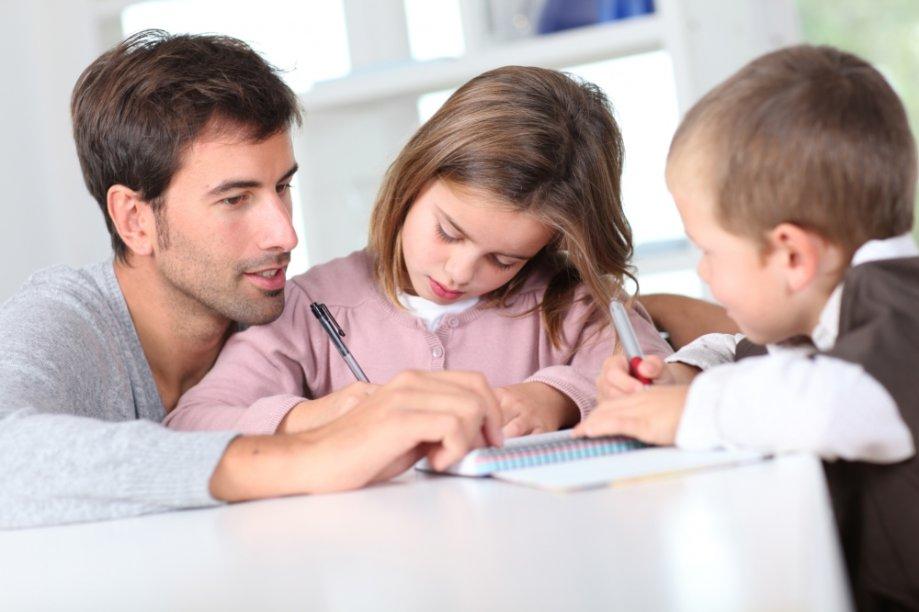 Pai estudando com os filhos