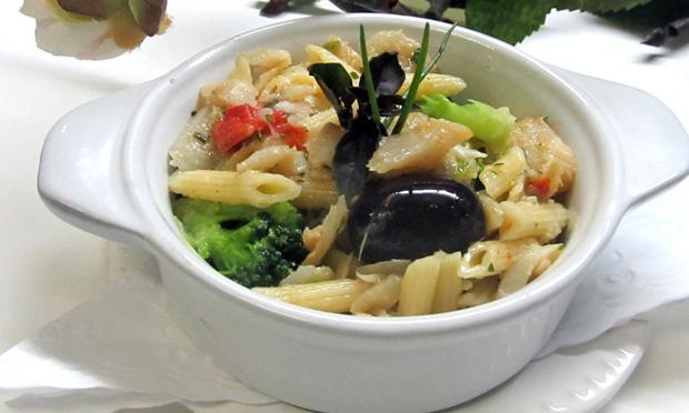 Pennette com bacalhau, brócolis e azeitonas pretas