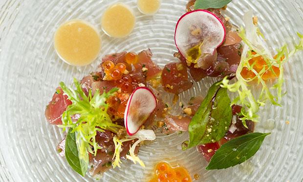 Atum curado com amendoim, hortaliças e limão-siciliano