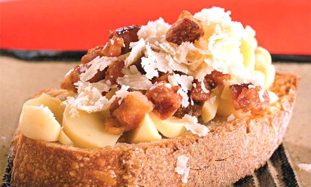 Bruschetta de provolone e bacon