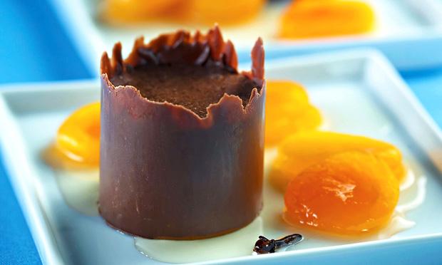 Casquinha de chocolate com musse e compota de damasco