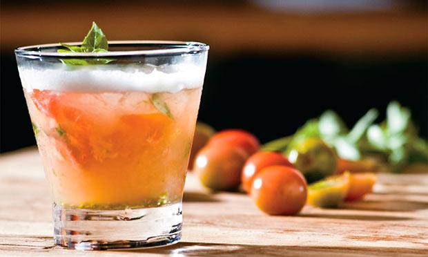 Drinque de tomate, manjericão e limão siciliano