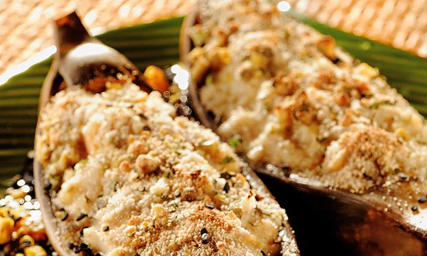 Embarcação de robalo, banana e damasco ao queijo brie e crosta de pistache