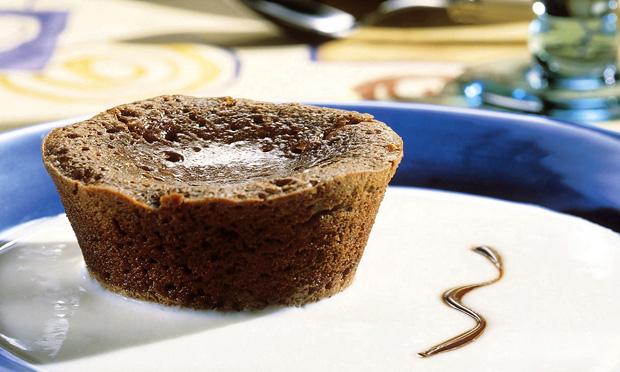 Forminha de chocolate com calda de iogurte