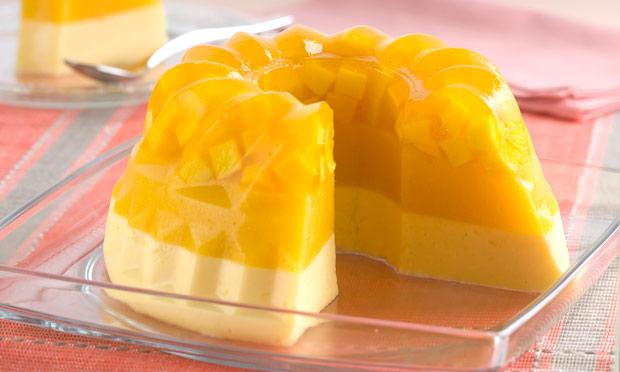 Gelatina de abacaxi com pedaços de manga