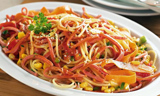 Macarrão com Salsicha de Frango e Legumes