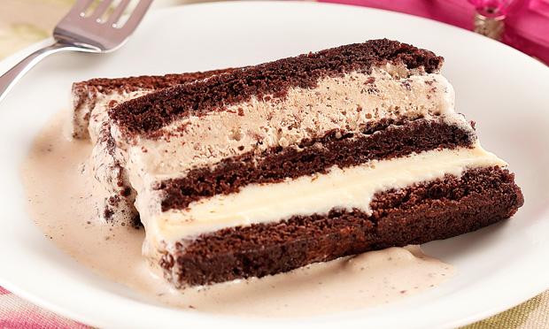 Pavê de brownie com ganache de coco e sorvete