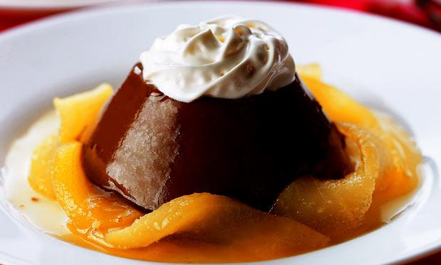 Pudim de chocolate com calda de peras no licor