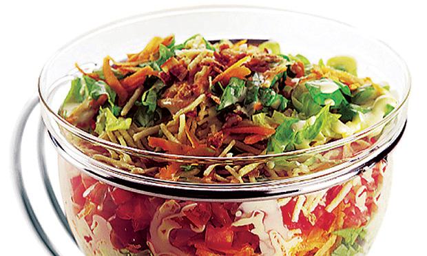 salada colorida com batata palha e bacon
