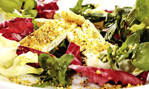 Salada com queijo de cabra empanado