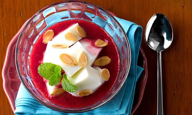 Sopa de frutas e geleia com gelatina de iogurte
