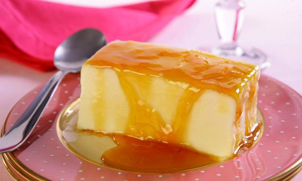 Sorvete de maria-mole com calda de caramelo