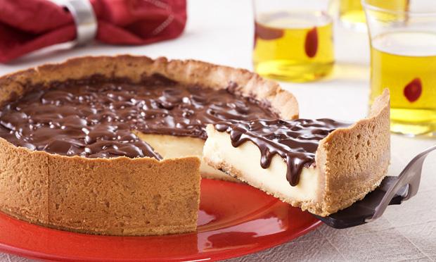 Torta de baunilha com calda de chocolate