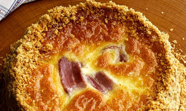 Torta cremosa de parmesão e gorgonzola com bacon