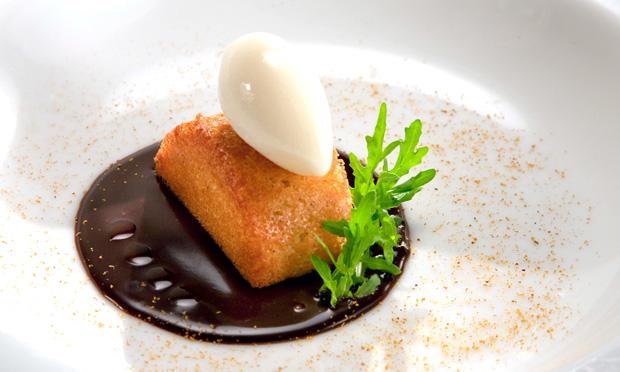 Torta de castanha-do-pará com sorvete de uísque, curry e chocolate