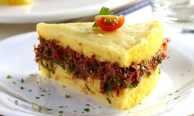 Torta de polenta com carne-seca e couve