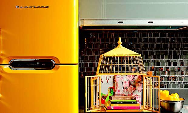 Gaiola amarela na cozinha