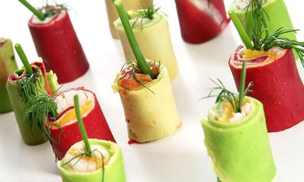Rolinhos coloridos com tartar de salmon e dill, presunto cru com fios de ovos