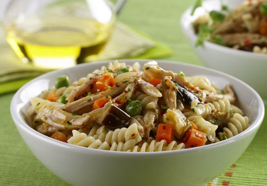Salada de frango defumado com macarrão