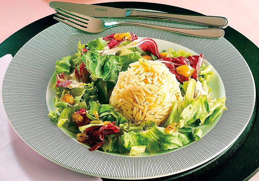 Salada de macarrão com alho-poró