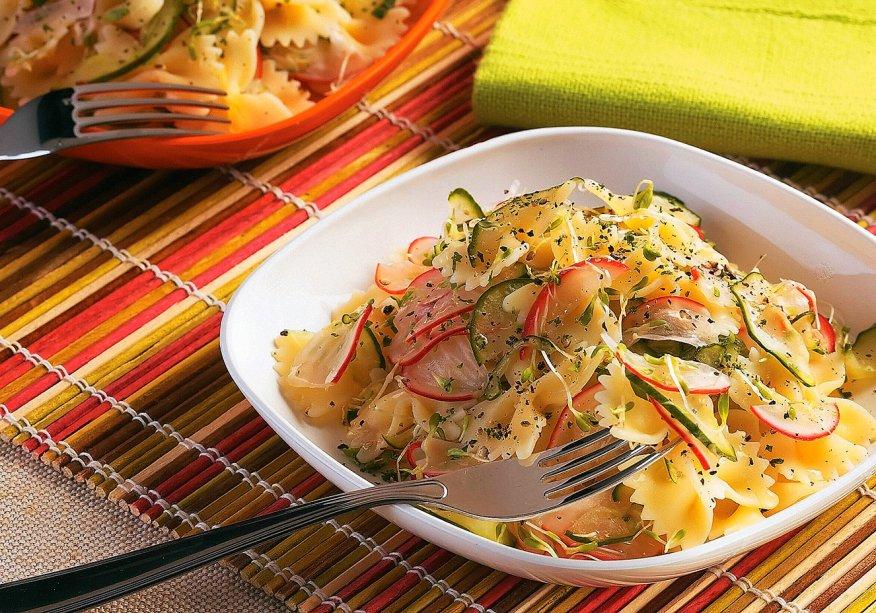 Salada de macarrão com picles