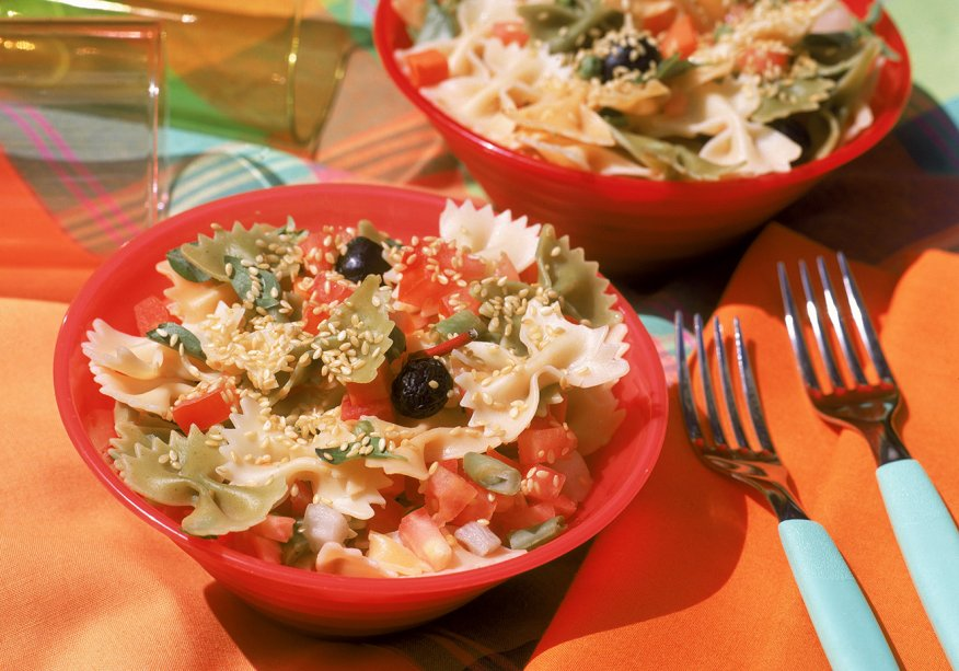 Salada de macarrão, tomate e brócolis