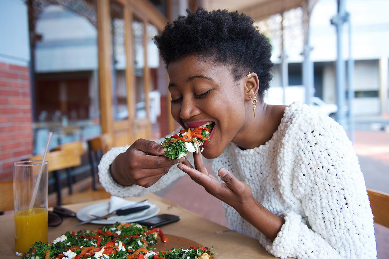 mulher-comendo-piza-com-vontade