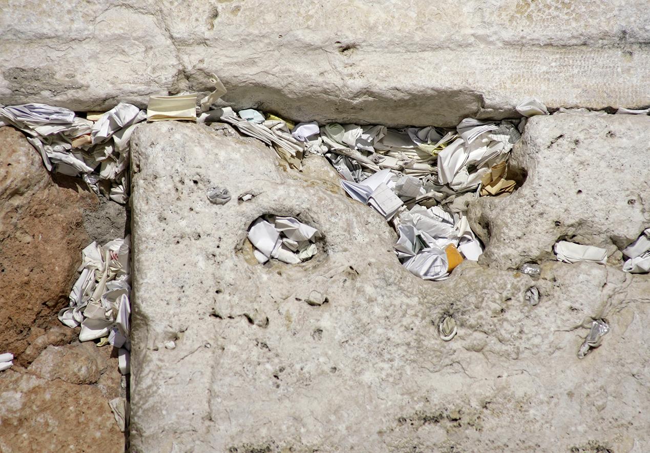 Visitantes do mundo todo deixam pedidos entre as frestas do Muro das Lamentações.