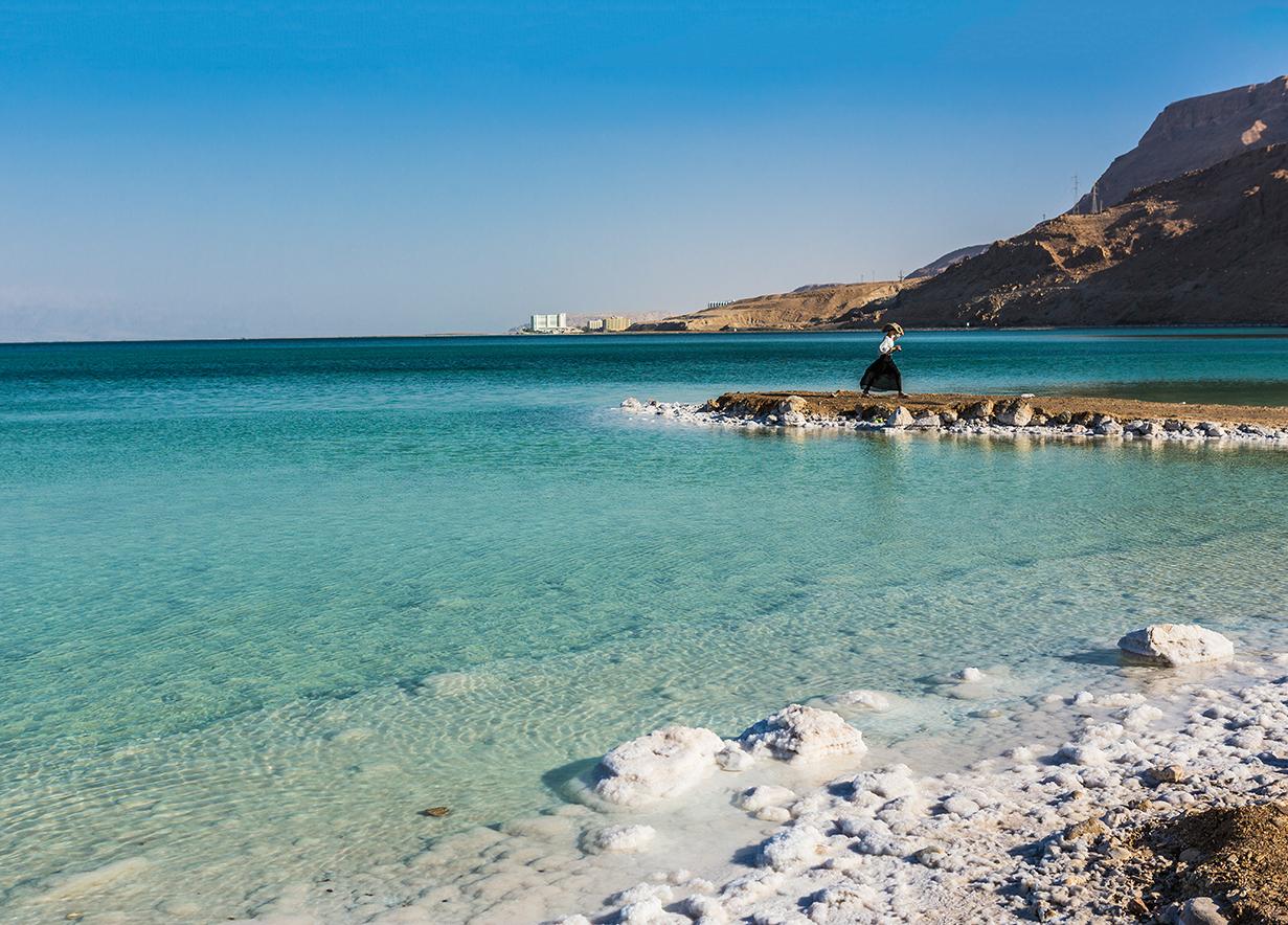 O acúmulo de sal às margens do Mar Morto.